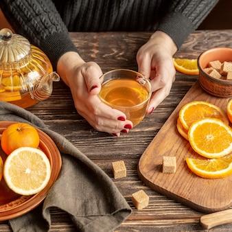 Alto angolo del concetto del tè della frutta