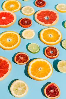 青色の背景にハイアングルの果物