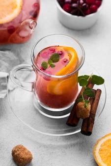 Чашка фруктового чая под высоким углом