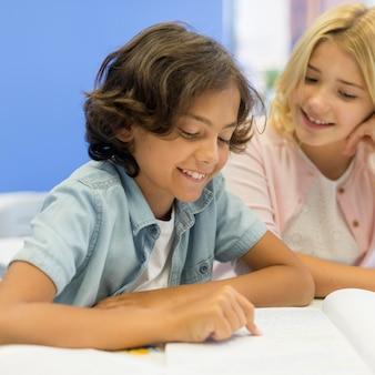 ハイアングルの女の子と男の子の読書
