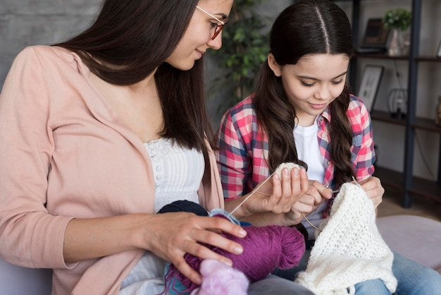 編み方を学ぶハイアングルの女の子