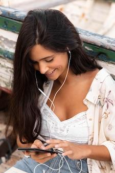 Ragazza di alto angolo che ascolta la musica