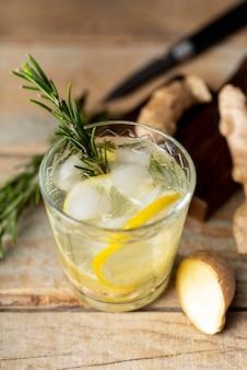 Bicchiere ad alto angolo con limone e ghiaccio