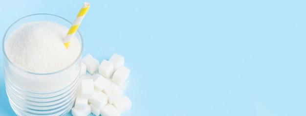 Alto angolo di vetro con zucchero e paglia