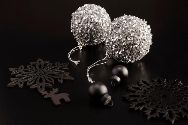 Alto angolo di globi e ornamenti natalizi