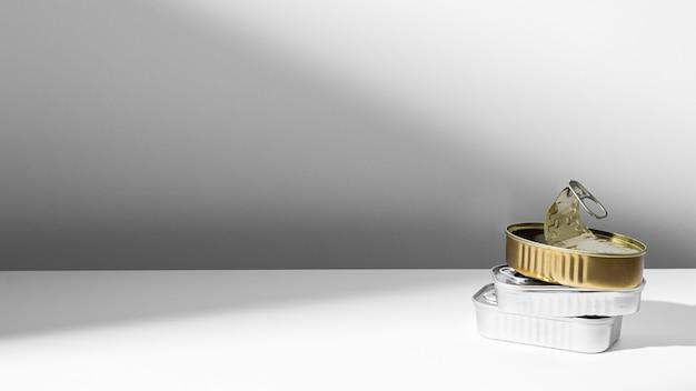 Barattoli di latta d'oro e d'argento ad alto angolo con copia-spazio