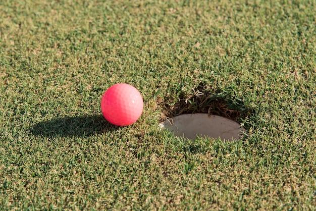필드에 높은 각도 골프 공