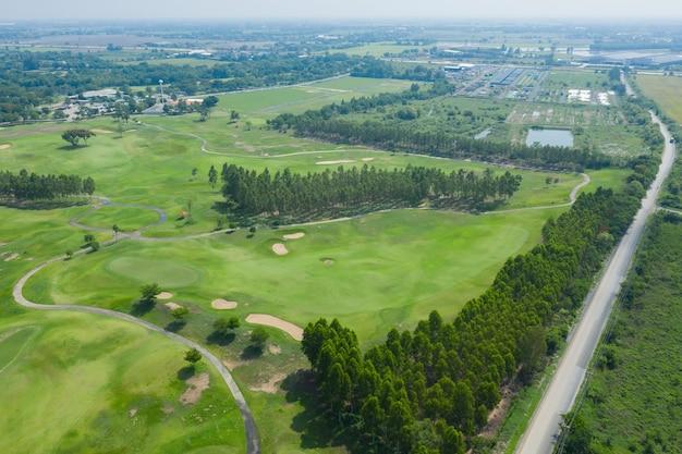 自然の背景を持つハイアングルゴルフコース