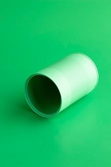 Barattolo di latta rotondo verde ad alto angolo