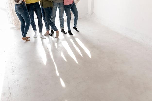 Gambe e ombra del gruppo dell'angolo alto