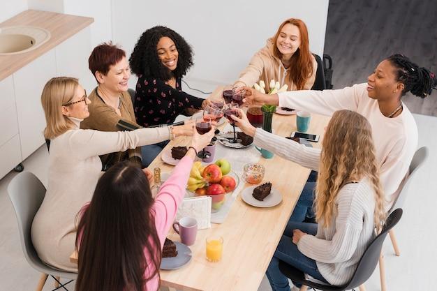 トーストを作る女性の高角度のグループ
