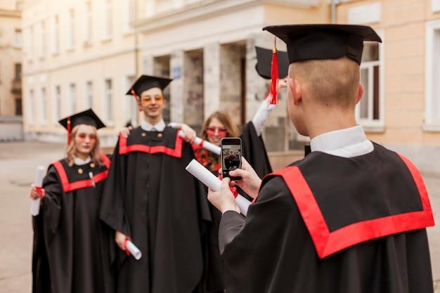 Высокий угол счастливых студентов фотографировать
