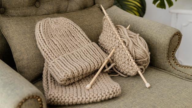 하이 앵글 모자와 뜨개질 실 프리미엄 사진