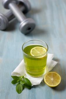 Bevanda salutare ad alto angolo con limone