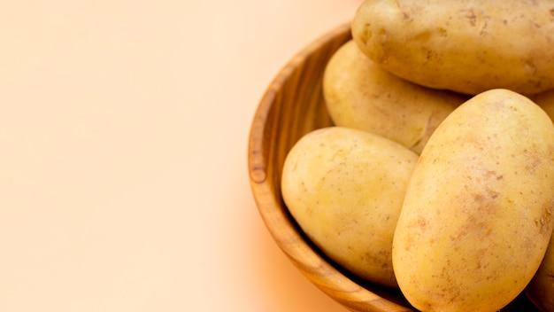 Высокий угол здорового картофеля в миске