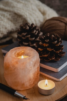 Подставка для свечей из гималайской соли с высоким углом и сосновыми шишками