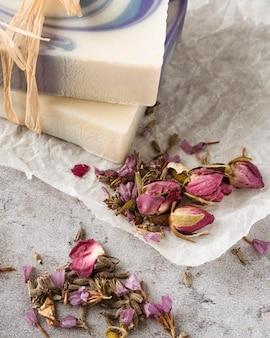 花とハイアングル自家製石鹸