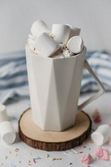 マグカップにマシュマロを入れたハイアングルホットチョコレート