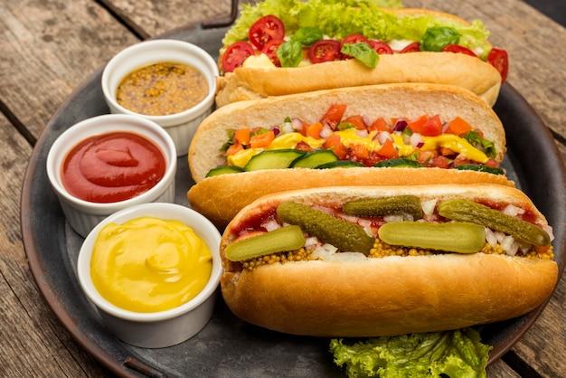 Disposizione di salse e hot dog ad alto angolo