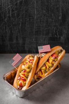 Hot dog ad angolo alto con bandiera americana nella teglia