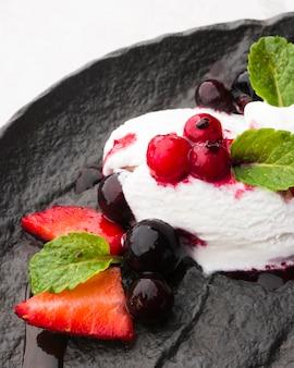 Высокоугольное мороженое на грифельной доске с фруктами