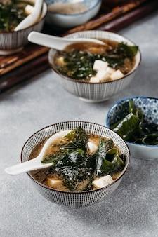 Alimento giapponese di alto angolo nella disposizione delle ciotole