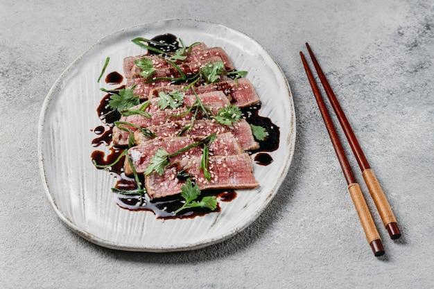 Composizione nel pasto giapponese ad alto angolo