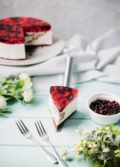 Fetta di torta di gelatina ad alto angolo