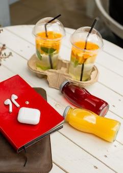 Bottiglie di succo di alto angolo sul tavolo