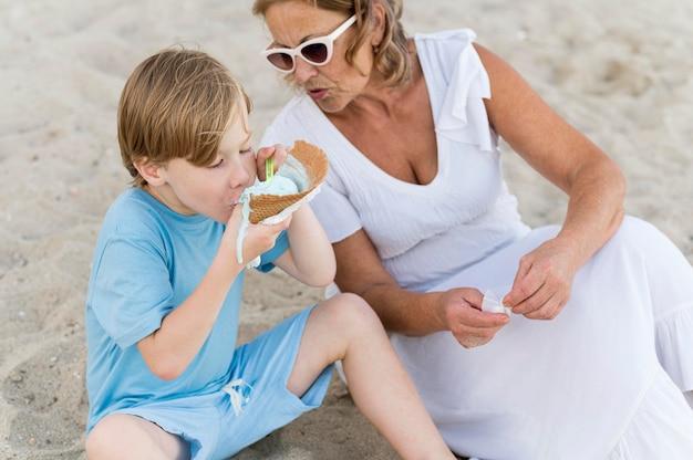 ビーチでハイアングルの子供とおばあちゃん