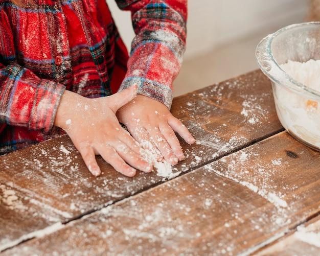 クリスマスのクッキーを作るハイアングルの子供
