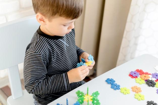 屋内で遊ぶハイアングルの子供