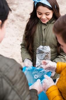 Alto angolo di bambini con sacchetto di plastica