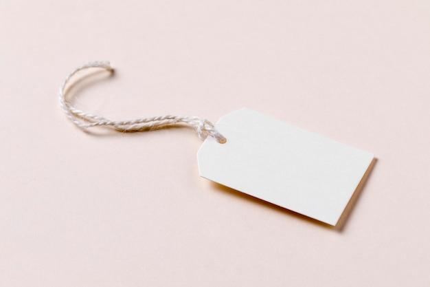 Etichetta ad alto angolo su sfondo beige