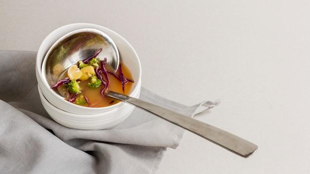 豆のスープが入ったボウルのハイアングルレードル