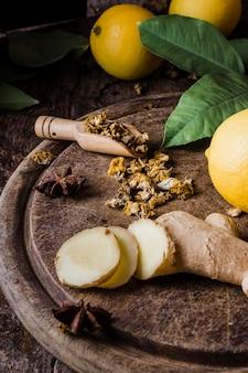 Fette di limone e zenzero ad alto angolo sul tagliere