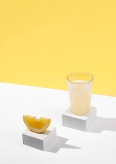 Succo e fetta di limone ad alto angolo