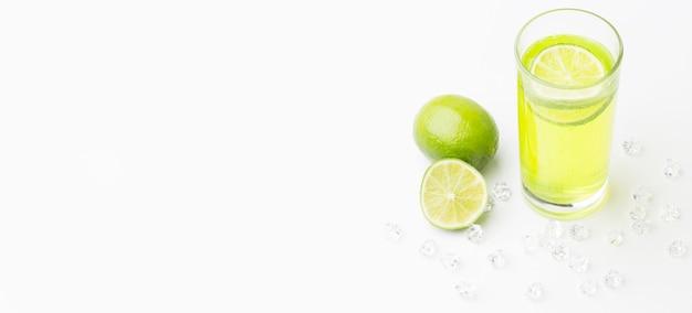 Alto angolo di succo di lime in vetro con copia spazio