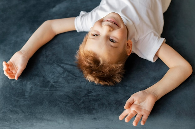 Маленький мальчик под высоким углом развлекается дома