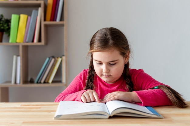 高角度の小さな女の子の読書