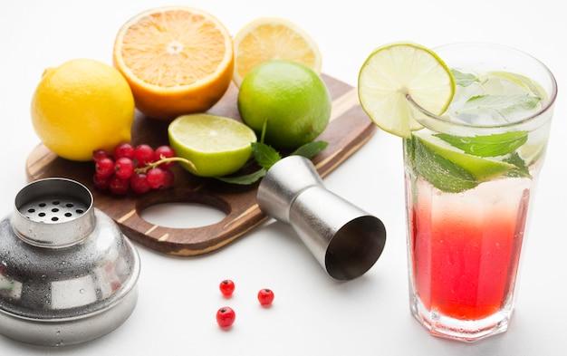 まな板の上の果物と高角度の長い飲み物