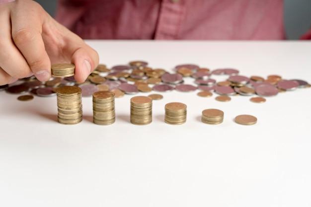 Высокий угол человек устраивает стопку монет