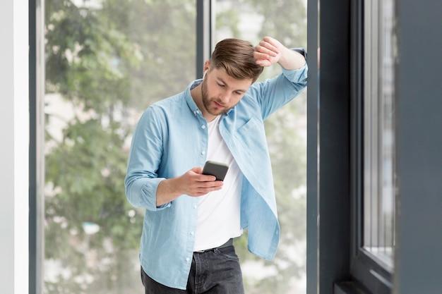 Высокий угол человек, проверка мобильного