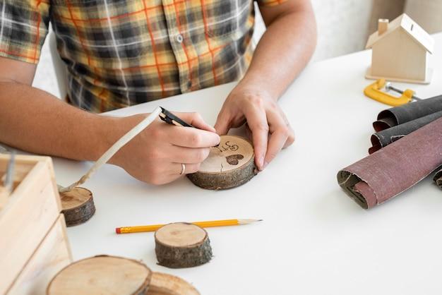 Uomo di alto angolo lavorazione in legno in officina