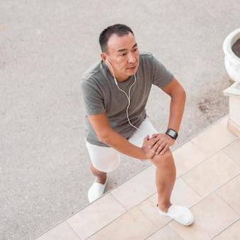 イヤホンで運動するハイアングルの男