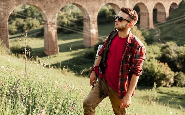 自然を探索するハイアングル男