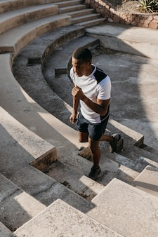 Uomo di alto angolo che corre sulle scale