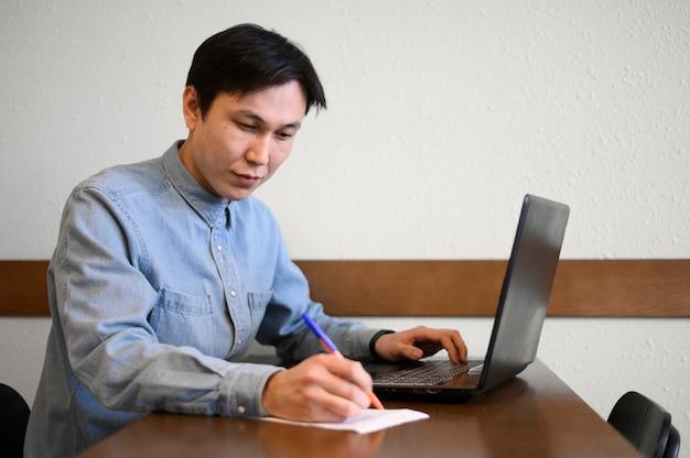 Высокий угол человек с ноутбуком