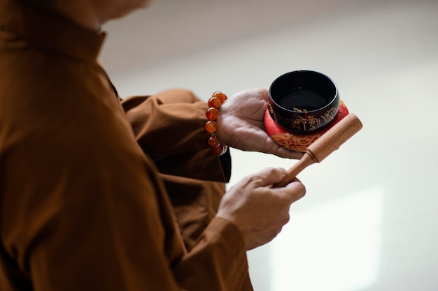 Alto angolo dell'uomo con le campane tibetane