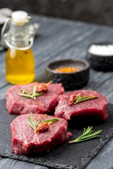 Alto angolo di carne con erbe e olio